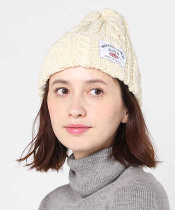 ボブ&ミディアムヘアの人は、前髪の見せ方を工夫してみましょう。おでこが少し見えるように被ると、カジュアルなニット帽も大人っぽい雰囲気になりますね。