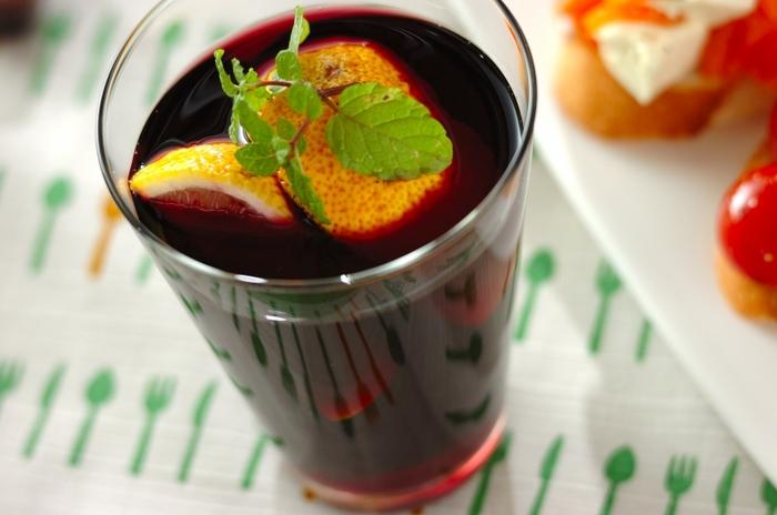 赤ワインにスライスした果物と甘味料を入れ、風味付けのブランデーやスパイスを少量加え、一晩寝かせて作る、女性に特に人気のサングリア。こちらのゆず、赤ワイン、ハチミツで作るユズサングリアは手早く簡単に作れて、味も◎。ゆずが旬の時期のお家飲みや、女子会に覚えておくと重宝しそう。
