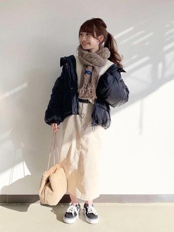 ショート丈のジャケットとタイトスカートの組み合わせは脚長効果のあるダウンジャケットコーデのバランスです。首元にボリュームのあるマフラーで、視線を上に!