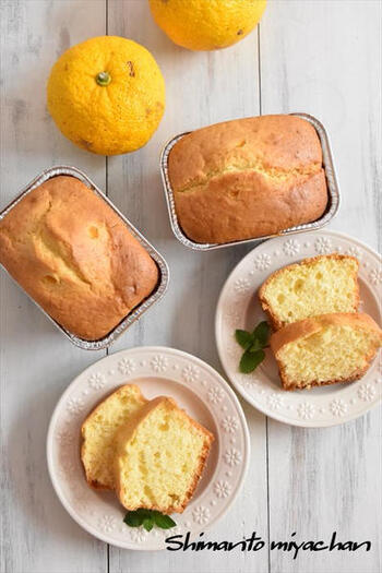 ホットケーキミックスで作る簡単で美味しい柚子ケーキ。ゆずの皮もすりおろして使うのでムダがないばかりか、香りもアップして◎。しかもバターを使わず生クリームを使用して作るので、生地がしっとりと仕上がり、翌日もしっとり感が続くのでお持たせにも使えそう。