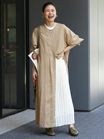 1枚でもキマるロング丈のシャツワンピに白のプリーツスカートをレイヤードさせた上級者コーデ。白のさわやかさとヌケ感がプラスされて、洗練されたコーデに仕上がります。