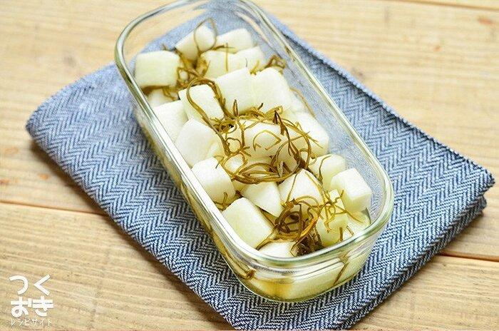 大根半分を一気に消費できる、簡単に作れる酢漬けのレシピ。昆布を加えてしっかりと旨味が効いた味に。