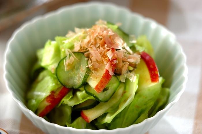 浅漬けにリンゴが入ると、シャキシャキで爽やかな甘さに。サラダ感覚で食べられる、箸休めに最適なお漬物です。