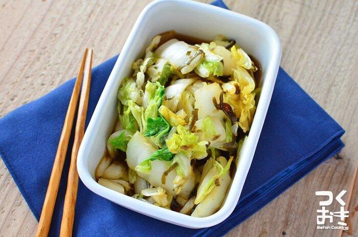 電子レンジで簡単にできる、白菜1/8株を使った即席の漬物。白菜を早く消費したいときにおすすめです。
