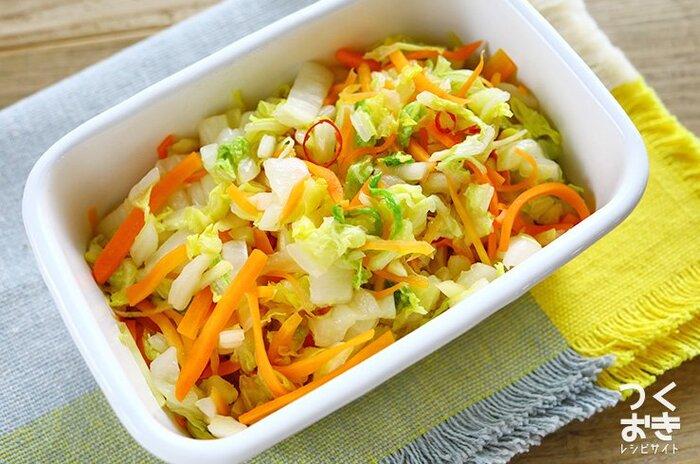 白菜を中華料理のラーパーツァイ風に調理した、さっぱり甘酢味のレシピ。電子レンジで作れて日持ちもするから、作り置きしておいて常備菜にしてもいいですね。