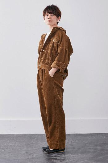 ブラウンカラーのコーデュロイ素材アイテムを取り入れるだけで、トレンド感と季節感の両立を叶えるおしゃれコーデが手軽に完成します。ぜひ冬コーデにプラスして、いつもの着こなしを今っぽく変身させてみてください。