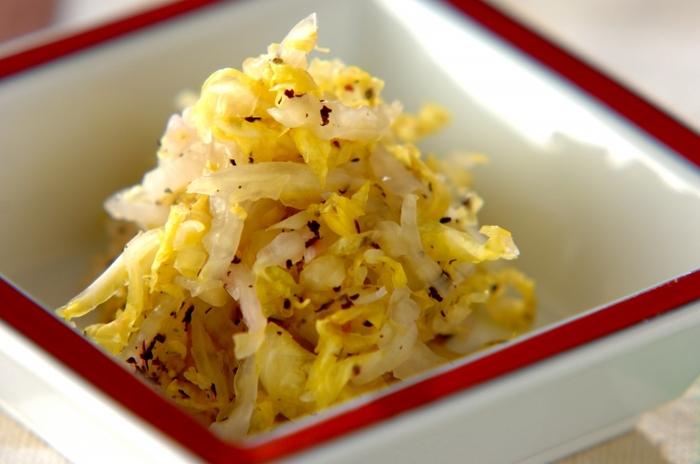 塩もみした白菜にゆかりを揉み込むだけのシンプル&簡単メニュー。お弁当のおかずにしても◎。