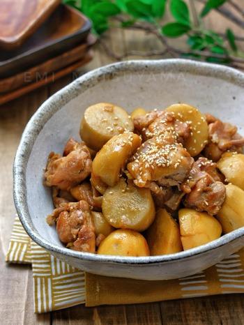 里芋といえば「旨煮」や「けんちん汁」などが一般的ですが、少し違う味付けで料理してみてはいかがでしょうか?こちらは甘辛バターの風味がクセになる照り煮。お弁当などにもよさそうですね。