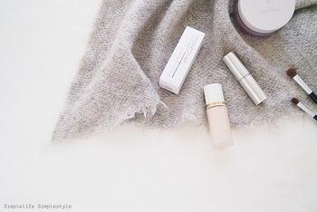 化粧下地の基本機能は、キメや毛穴をカバーしメイクのノリやもちを良くすること。ファンデーションと肌の密着がよくなるので、ベースメイクを崩れにくくしてくれます。 また、UVカット効果が期待できるものや、肌の質感のコントロールをしてくれる成分が含まれているものもあります。