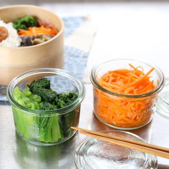 スッキリとした形のモールドシェイプは常備菜やお漬物の保存にぴったり。別売のシリコンキャップをしておけば、液漏れせず安心して保存できます。