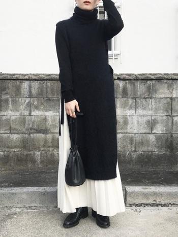 黒のワンピースから覗く白のスカートがいいアクセントになっています。プリーツで足元が軽やかに見えるのもポイントです。シンプルなモノトーンは、年齢問わず楽しめるコーデです。