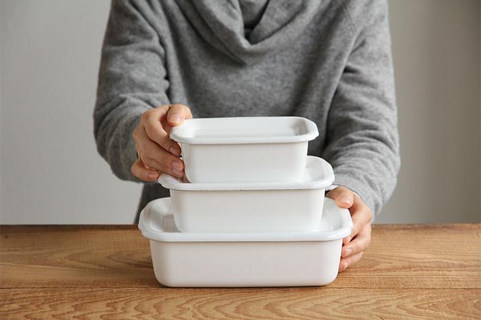 琺瑯(ほうろう)製の保存容器だから、プラスチック容器のように色移りや匂い移りしにくい。白で清潔感あふれる雰囲気で、和洋問わずさまざまなお料理に使えます。