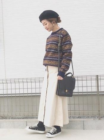 厚いデニールのタイツや、濃い色のソックスにあわせて白のボトムスにすると、コーデが明るくに見えます。秋冬は白スカートの色彩効果をより発揮できそうです。