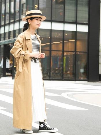 トレンチコートとボーダーシャツを爽やかな白のスカートに合わせ、シックなフレンチコーディネートに。ナチュラルななかに帽子やボーダー、スニーカーの黒が効いています。