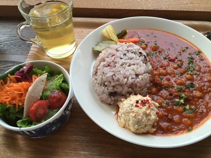 ランチの一例:『ヒヨコ豆のカレー、サラダとジャスミンティーつき』。食器は、北欧好きさんにうれしい〈イッタラ〉〈アラビア〉が使われています。