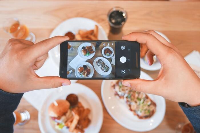 その日食べたおしゃれランチや訪れた話題のスポットなど、記録に残したいことは、撮った写真とともにひとことコメントを入力してメモアプリに保存。自分自身の思い出にもなりますし、友人や知り合いとのちょっとした雑談のネタとしても使えます。