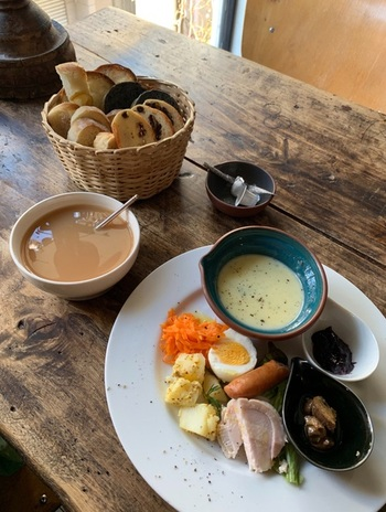 『モーニング』メニューには、スープ、ハム、野菜のマリネやゆで卵に加えて、5種類ほどのパンが添えられて。