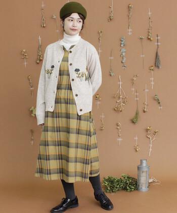 上品な花束の刺繍ニットカーディガンを取り入れたコーディネート。暖色カラーと愛らしい花模様で、温かなコーディネートに仕上がっています。花束の刺繍の中にも入っている黄色をワンピースで取り入れることで、柄同士でも喧嘩せずにまとまります。