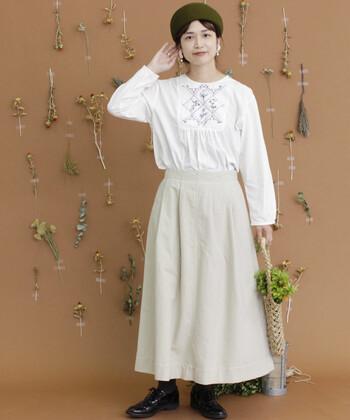 白色を基調としたふんわり淡いコーディネート。華奢な刺繍や深みのある小物達が大人な彩りをプラスします。白色などの明るいカラーは、刺繍が強調され、魅力をより活かすことが出来ますよ。