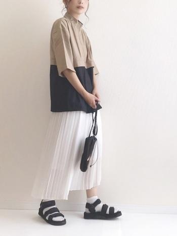 アノラックシャツに白スカートを合わせたスポーツミックスコーデ。小物もスポーティー要素が強めですが、白のプリーツスカートのおかげで女性らしさも活きています。対称的なアイテムでメリハリを効かせたコーデです。