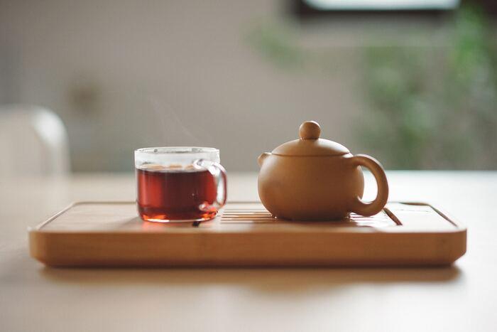 """「ダージリン」は、ストレートティーとしていただくのがおすすめ。日中の直射日光と夜間の低温による寒暖差が激しい東ヒマラヤ山麓によって作られる、豊かなマスカットフレーバーが魅力です。抽出時間を長めに持つことで、より上品な爽やかさが味わえますよ。世界三大紅茶のひとつとして数えられている「ダージリン」は、淡いオレンジ色とその格別な香味から、""""紅茶のシャンパン""""とも称されています。生産期は3~11月までですが、そのシーズンによって味も香りも大きく違うのが特徴です。"""