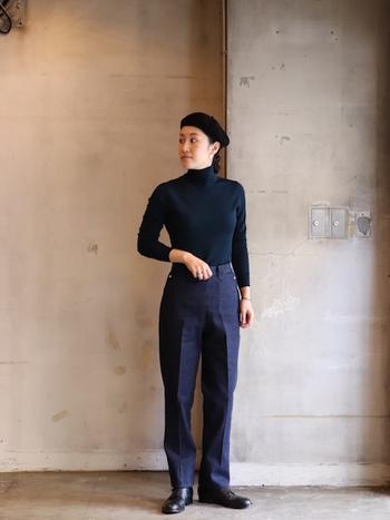 ベレー帽の起源と言われるバスクベレー。中世から変わらないクラシックな形が特徴です。髪をまとめてすっきりと被り、黒のタートル×デニムパンツで知的なスタイルに。
