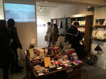 ギャラリー「ondo kagurazaka」は雑貨スペースの奥に。本と連動させた企画展示があるなど、さまざまな世界が覗けます。