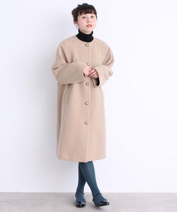 寒い季節はアウターが必須ですね。おめかしコーデにおすすめなのが、首元がすっきり上品なノーカラーコート。ワンピースやスカート、パンツ…スタイルを選ばないので一着あると重宝しますよ。