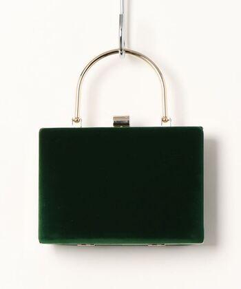 フォーマル感を出したいときには、スクエア型のバッグを。素材は、マットな光沢のベロアやニュアンスのあるツイードなどがおすすめです。