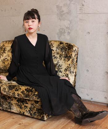 ジョーゼット素材をたっぷり使用した、ストンと落ちるシルエットがエレガントなワンピース。黒のドレスはシンプルな印象になりがちですが、そんなときこそラメなど遊び心のあるタイツを合わせてみましょう。