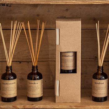 スウェーデンの首都であるストックホルムから誕生したハンドメイドブランド「トープリュクタン」のルームフレグランスをご紹介しましょう。トープリュクタンのルームフレグランスは、ハンドメイドにこだわることでそのままの香りを届けてくれます*