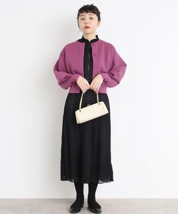 ノースリーブや半袖など薄手のワンピースも、ノーカラーのボレロを羽織れば冬仕様のおめかしスタイルに。すっきりとしたネックデザインは、どんな洋服とも好相性です。