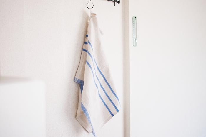 LAPUAN KANKURITのキッチンクロスは、滑らかな質感のリネンを使用し、リネンの吸水性を活かしたキッチンクロスとなっています。フックにかけられるようにループが付いているので使用後も乾きやすくて使いやすいですよね*