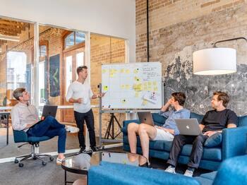 人数が少なく、歴史も浅い分革新的なことができるベンチャー企業。意思決定のスピードが速いのも特徴です。よくも悪くも成長過程の企業なので、自分でルールを作り、会社を動かしていきたい人におすすめです。