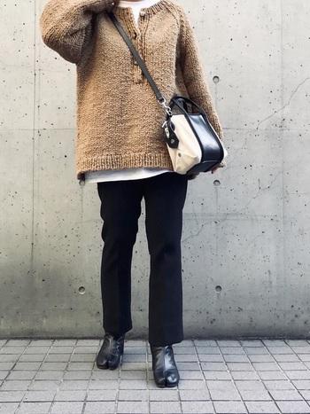ナチュラルな手編みのニットに白Tをレイヤードさせたシンプルなスタイルも、足袋ブーツを取り入れることで都会的な雰囲気がプラスされています。いつものスタイルを気軽にクラスアップできますね。