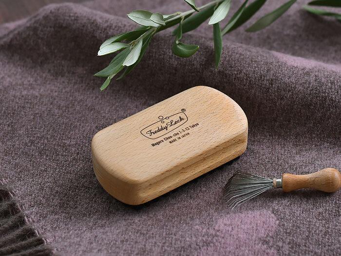ブラシの先で軽くブラッシングするだけで取れる、毛玉取り用ブラシ。動物の毛でできた手触りの優しいものや、毛玉を取ったあとの繊維の毛並みを整え、毛玉を出来にくくするという効果のあるものも。