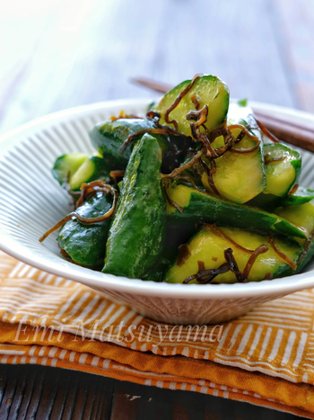 ポリ袋で簡単にできちゃうお漬物。塩昆布の旨味と、辛子のピリ辛味があとを引くやみつきの美味しさ。
