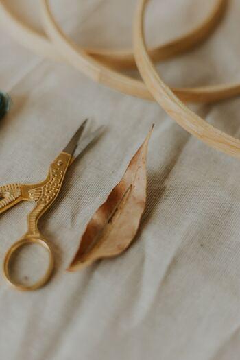 毛玉のできた部分を、地道にはさみで切り取る方法。素材とはさみを平行にして切っていきます。原始的な方法ですが、素材を傷めず丁寧に取ることが可能。