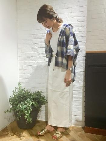 タイトなシルエットのロングスカートは、柄アイテムを大人っぽく見せてくれます。ビッグシルエットのシャツは冷房対策に役立ちますし、二の腕を隠したり着痩せ効果にも◎。清潔感のある白×青の組み合わせは夏にぴったりですね。