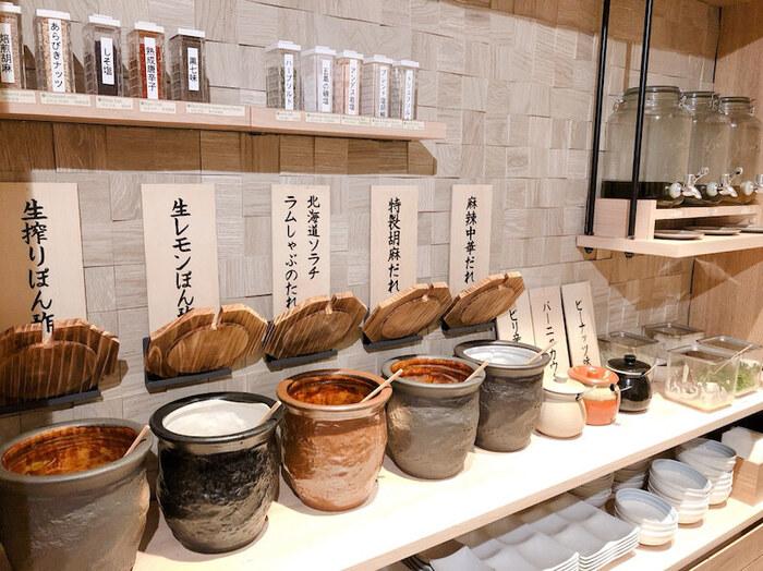 タレや薬味、オイルも種類が豊富です。たとえば「四川風の火鍋出汁」にはにんにくオイルを、緑茶の香りと昆布の旨みが際立つ「匠の昆布だし」は特塩レモンぽん酢と組み合わせると、最後まで味の変化を楽しめますよ。