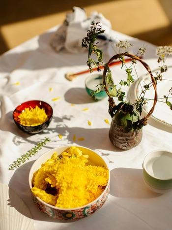 食用菊を使ったこんな色鮮やかなお寿司も!ちらし寿司や巻き寿司などは作ったことはあっても、なかなか各地の伝統のお寿司を作る機会はありませんよね。それがクッキング体験なら気軽に楽しむことができます。