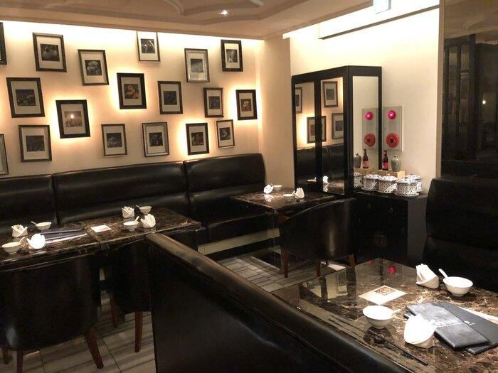 店内は、大理石のテーブルやソファなど黒を基調としたラグジュアリーな雰囲気。ゆったりと落ち着いてお食事を楽しみたい日にもおすすめです。