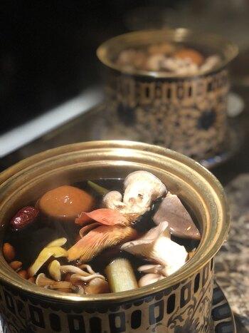 しゃぶしゃぶのスープは、中国雲南省の山岳地帯シャングリラ地方で採れた天然きのこを煮込んだ、オリジナルの秘伝ブラックスープ。きのこの旨みや栄養がたっぷり含まれています。