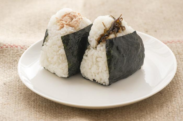 日本の食文化には欠かせない「おにぎり」。思い浮かぶ具材といえば、おかか、シャケ、たらこ、梅干しなどが定番です。しかし、白米には無限の可能性があるのです!おうちで作るおにぎりは、自分の好きな具材で好きなおにぎりを作ることができます。今回は、おうちで作れる、定番と一味違うおにぎりのレシピをご紹介します。朝食に、お弁当に、お夜食に、ぜひいつもと違うおにぎりを楽しんでみてください♪