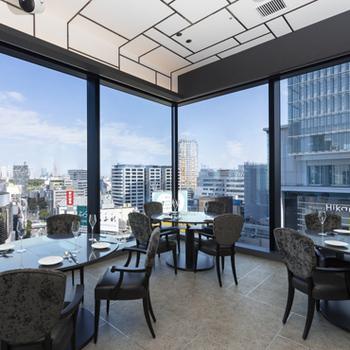 渋谷の街が一望できる店内は、開放感たっぷり。ソファ席もあり、ゆっくり過ごしたい方にもぴったりです。