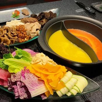 お粥状にしたお米のスープに、お野菜のペーストを加えたカラフルな見た目が特徴です。たとえば、黄とうがらしとかぼちゃの「黄」や、ビーツとドライトマトの組み合わせの「赤」など、それぞれの粥ベジにお野菜やきのこなどを加えていただきます。