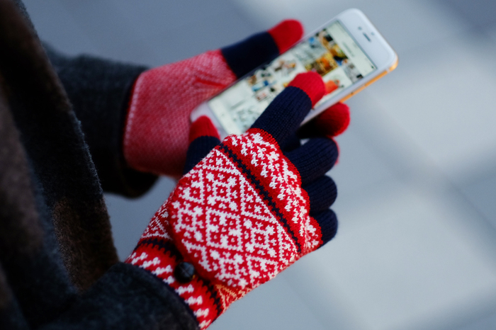 スマホの操作ができるのは、指と画面との間の静電気のお陰です。スマホ対応の手袋には、導電糸と呼ばれる電気を通す糸が使われているので、素手で操作する感覚で手袋をしたままスマホの操作ができるようになっています。