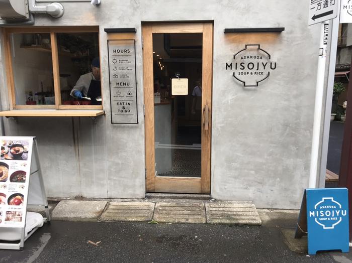 浅草にある「MISOJYU(ミソジュウ)」は、日本のソウルフードのひとつお味噌汁専門店。和のイメージを覆す、カフェのような外観がおしゃれです。