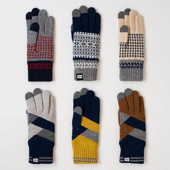幾何学的な模様がオシャレな手袋は、親指、人差し指、中指の先端がスマホ対応になっています。色が違ってもデザインとして楽しめるのが良いですね。