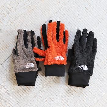 ふわふわとした毛足の長いフリースで手の甲が覆われた手袋です。スマホを操作する手の平側は、特殊な技術で全ての指で操作することが可能でストレスフリー。
